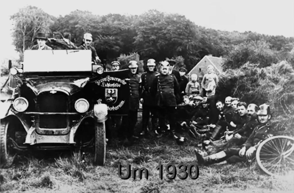 Dieses Bild hat ein leeres alt-Attribut; sein Dateiname ist feuerwehrmitautoum1930.jpg.
