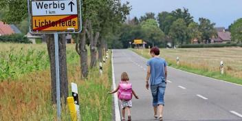 Dieses Bild hat ein leeres alt-Attribut; sein Dateiname ist schulanfaengerin-sollte-zwei-kilometer-zur-schule-laufen-ohne-gehweg_big_teaser_article.jpg.