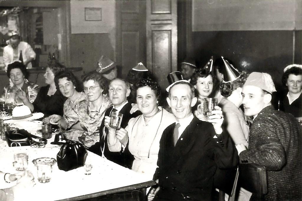 Dieses Bild hat ein leeres alt-Attribut; sein Dateiname ist fasching_1954.jpg.